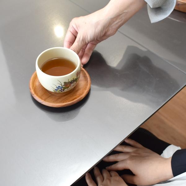 お茶を出す2