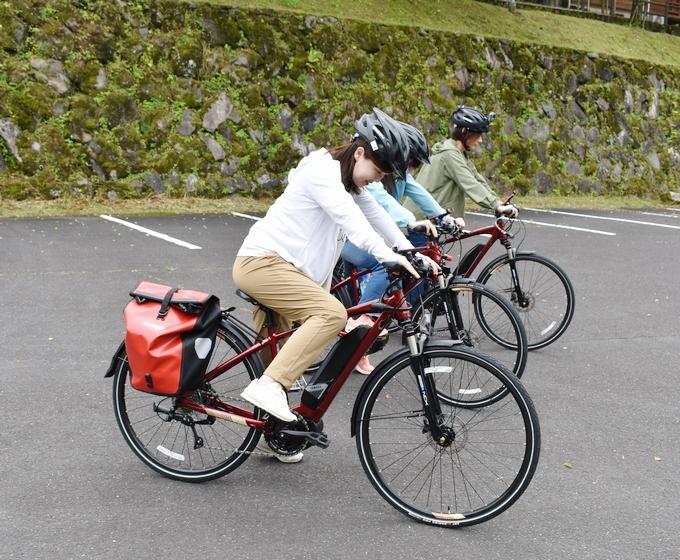 霧島市観光案内所にて電動クロスバイクに跨る
