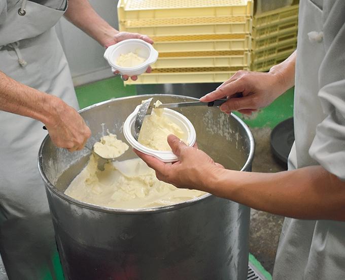 道の駅川辺やすらぎの郷「寄せ豆腐作り中」
