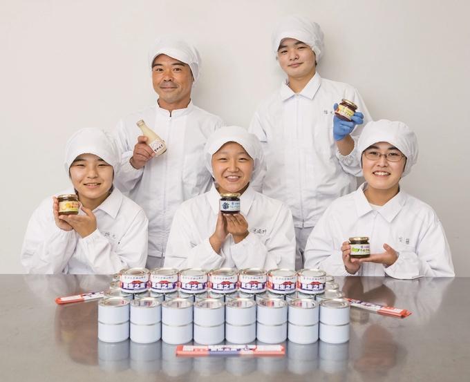 伊佐農林高校食品加工専攻の3年生と農林技術科実習助手の大漉和裕教諭(後列左)