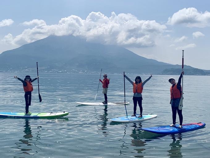 錦江湾マリンでSUP「桜島をバックに水上散歩を楽しんだフェリアスタッフ」