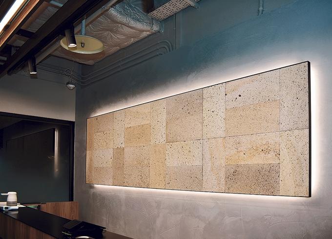 Li-Ka 1920ワークラウンジ「受付の壁」
