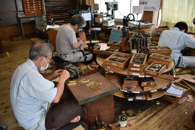 木原製作所「柄を刻む作業」