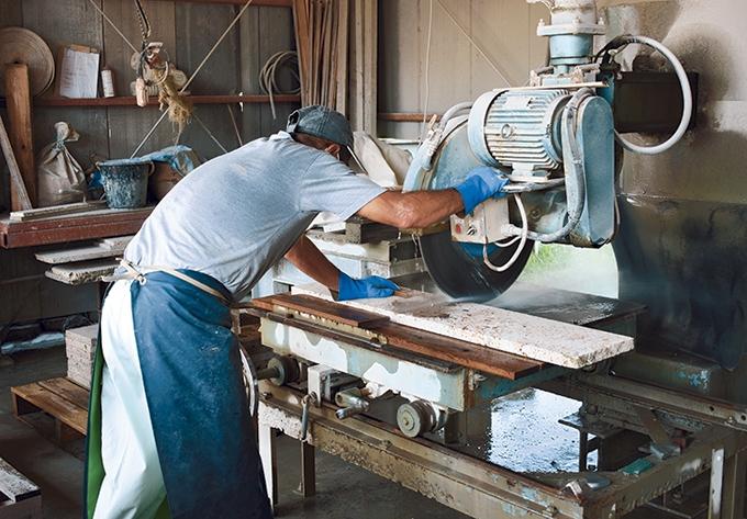 木村ブロック工業「加治木石加工中の様子」