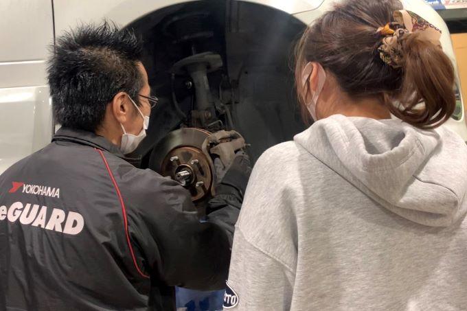 リライトガレージ新栄店 整備士と車の確認中